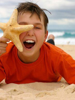 enfant souriant sur la plage de notre dame de monts près du camping le clos du bourg