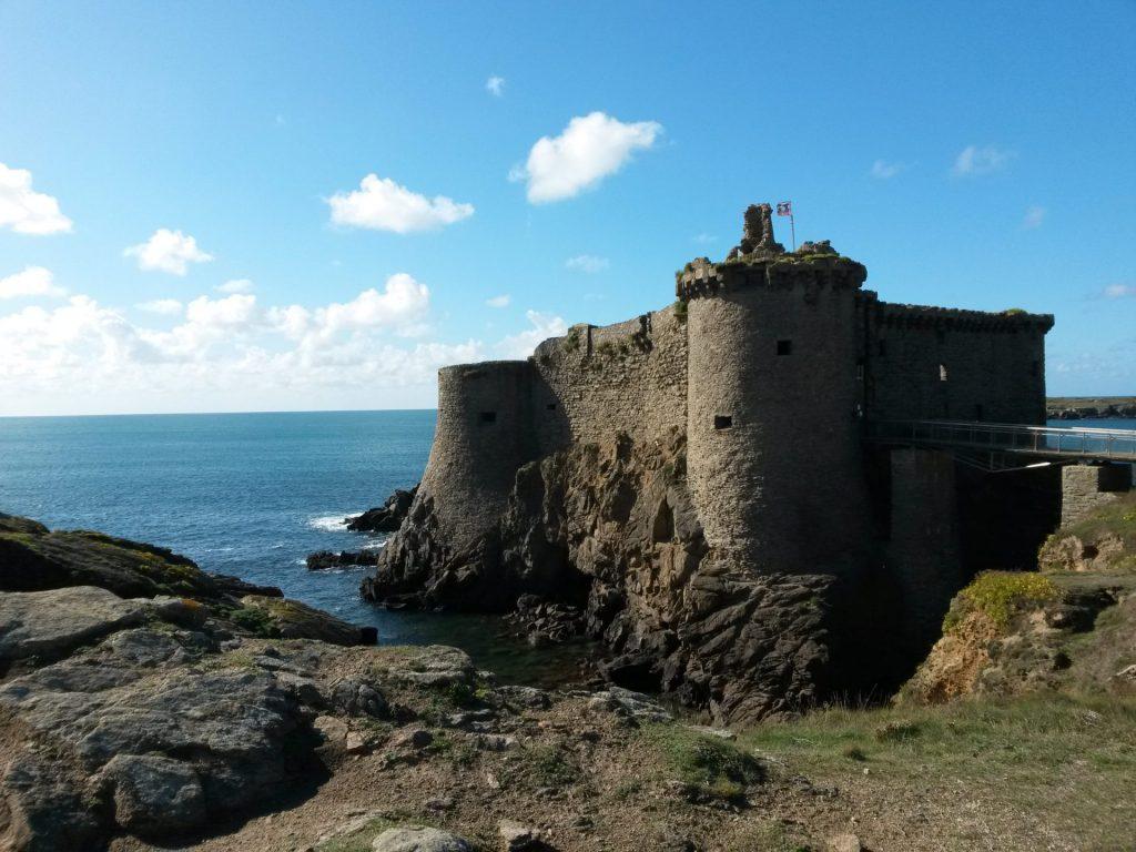 vue sur les côtes de l'île d'yeu proche du Clos du Bourg, camping a Notre Dame de Monts