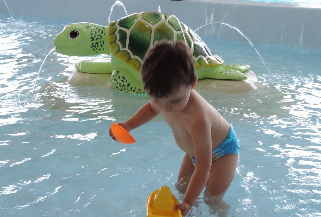 vue d'un enfant dans la pataugeoire du camping Notre Dame de Monts avec piscine