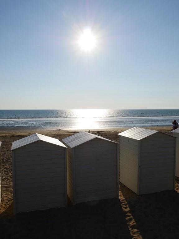 Vue sur la plage, ses cabanes et la mer pendant un séjour au camping Notre Dame de Monts