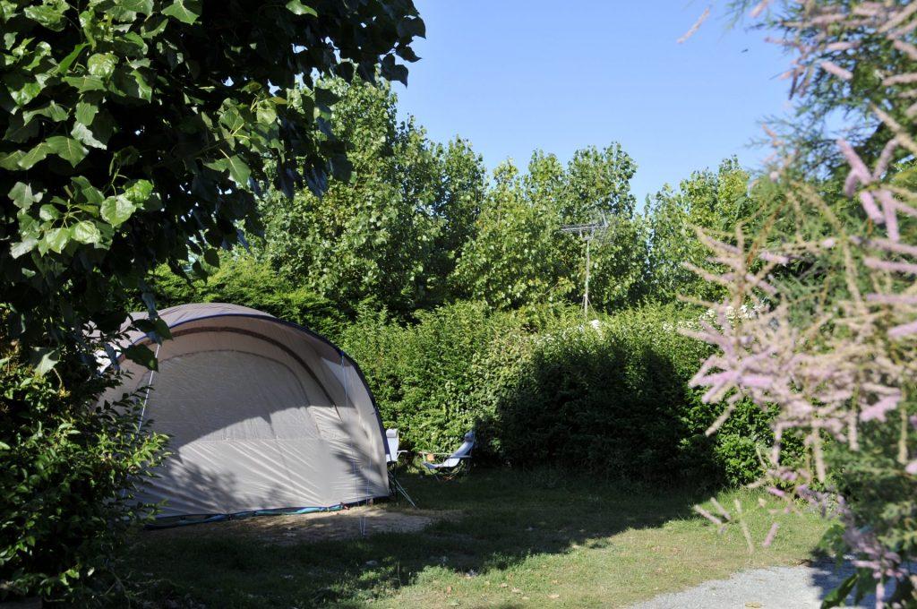 tente installée sur un emplacement de camping à Notre de monts au Clos du bourg