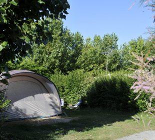 Tente plantée sur un emplacement de camping a Notre dame de Monts au Clos du Bourg