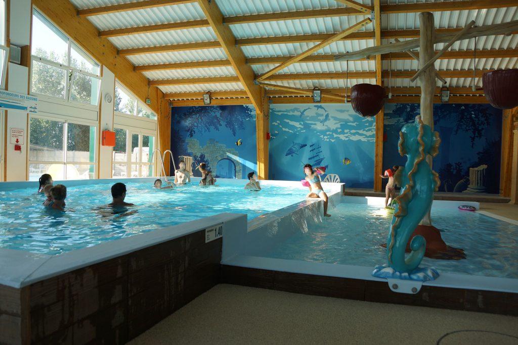 vue intérieure du camping Notre Dame de Monts avec piscine couverte Le Clos du Bourg