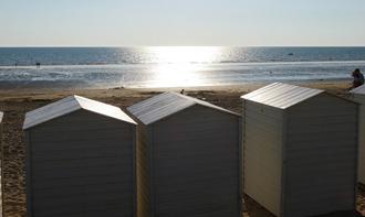 vue des cabines de plages et de mer près du camping à Notre Dame de Monts Le Clos du bourg stat