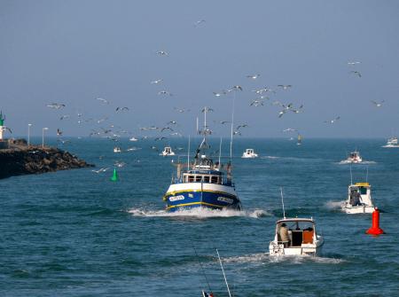 vue d'un bateau rentrant au port de Saint Gilles Croix de Vie
